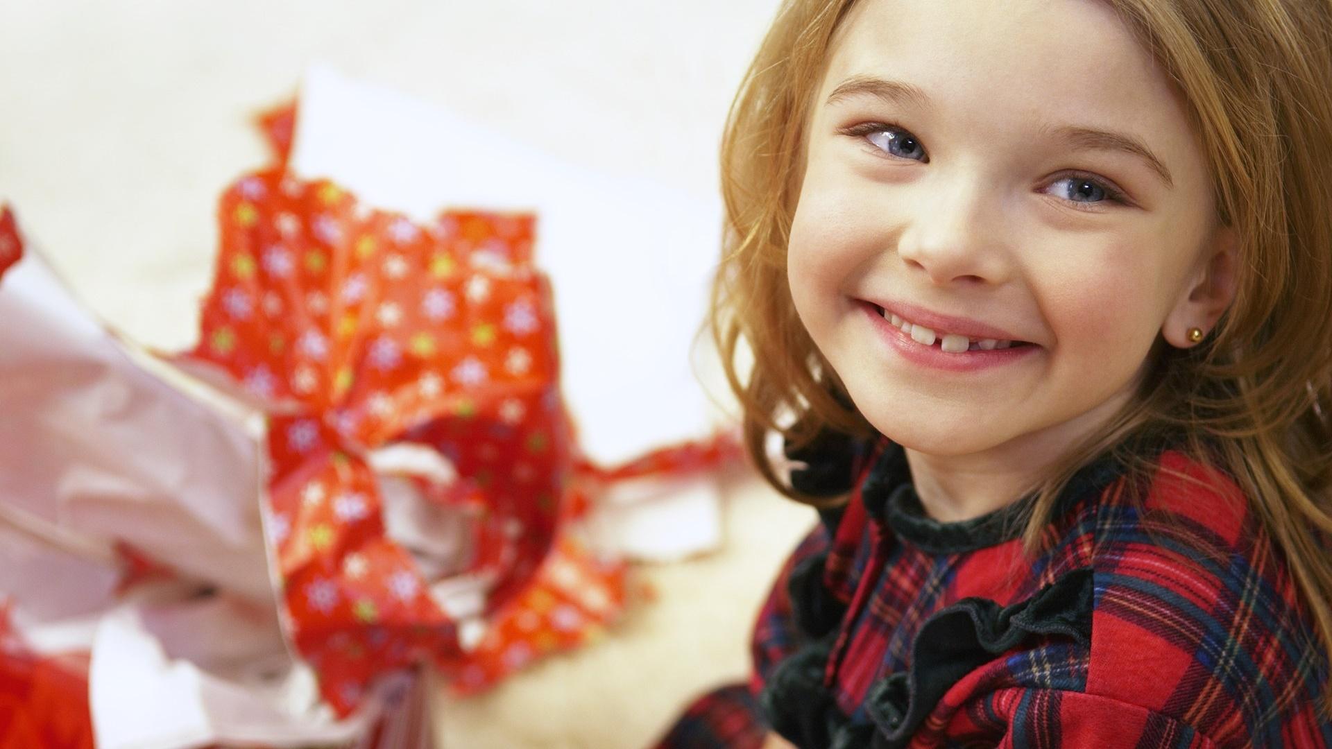 Девочка покупает подарок для сестры